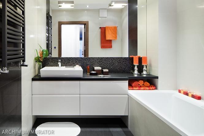 Nowoczesna biała łazienka z pomarańczowymi dodatkami