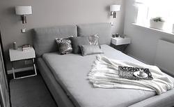 Pomysł na szarą sypialnię - przytulne i bardzo eleganckie wnętrze