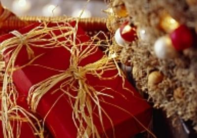 Świąteczne nakrycie stołu ze stroikiem w roli głównej