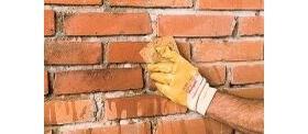 Mur z surowej cegły