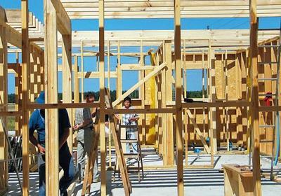 Domy drewniane szkieletowe. Z kamerą na budowie domu drewnianego