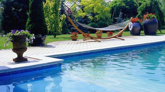 Basen ogrodowy: kiedy budowa, kiedy kupno basenu